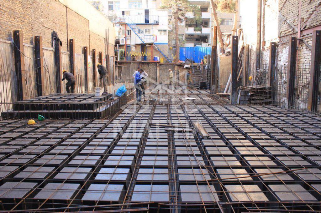 نمونهای از یک سقف اجرا شده با سیستم سقف وافل (محل پروژه: تهران، تقاطع جردن-ظفر) کاهش حجم بتنریزی و مقدار میلگرد مصرفی