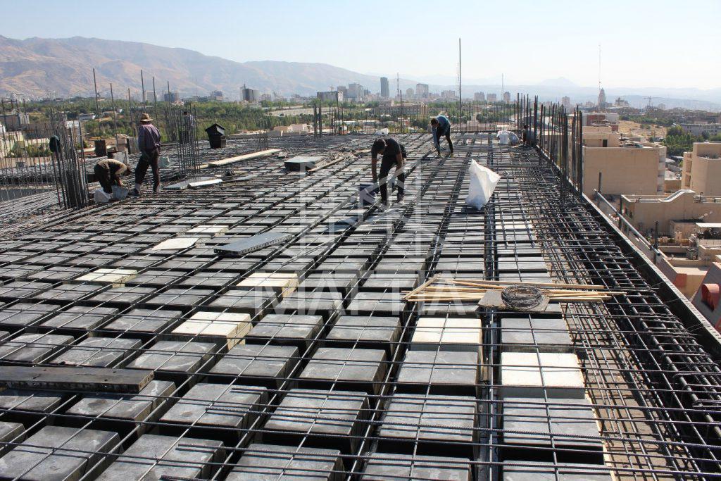 عدم نیاز به نیروی کار متخصص جهت اجرای سقف وافل (محل پروژه: تهران، بام سئول) سهولت اجرا و عدم نیاز به نیروی کار متخصص